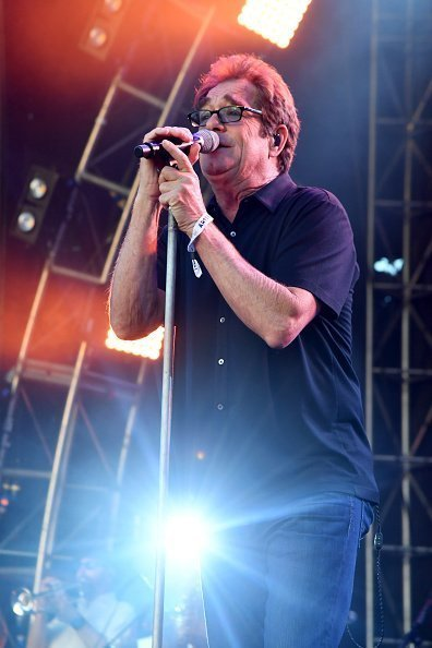 Huey Lewis de Huey Lewis and the News se produit au Camelback Stage pendant le jour 2 du Lost Lake Festival 2017 | Photo : Getty Images