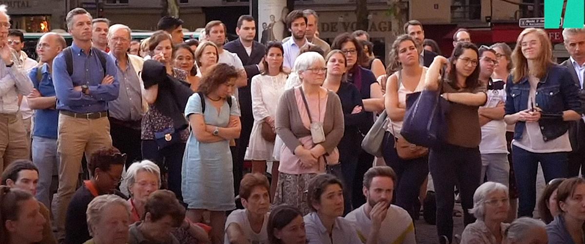 Des centaines de personnes se sont rassemblés devant une église pour Vincent Lambert