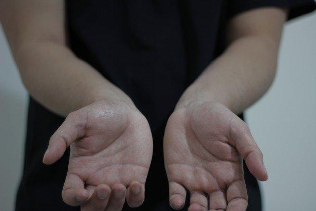 Femme montrant ses mains. | Photo : Photos du domaine public