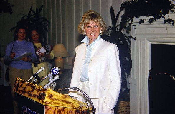 Doris Day at a press conference at the dog friendly hotel she owns in Carmel, California July 16, 1985. | Photo: Getty Images
