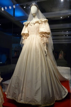 Princess DIana's wedding dress in exhibition at the the Putnam Museum & Science Center in in Davenport, Iowa |Source: The Putnam Museum & Science Center