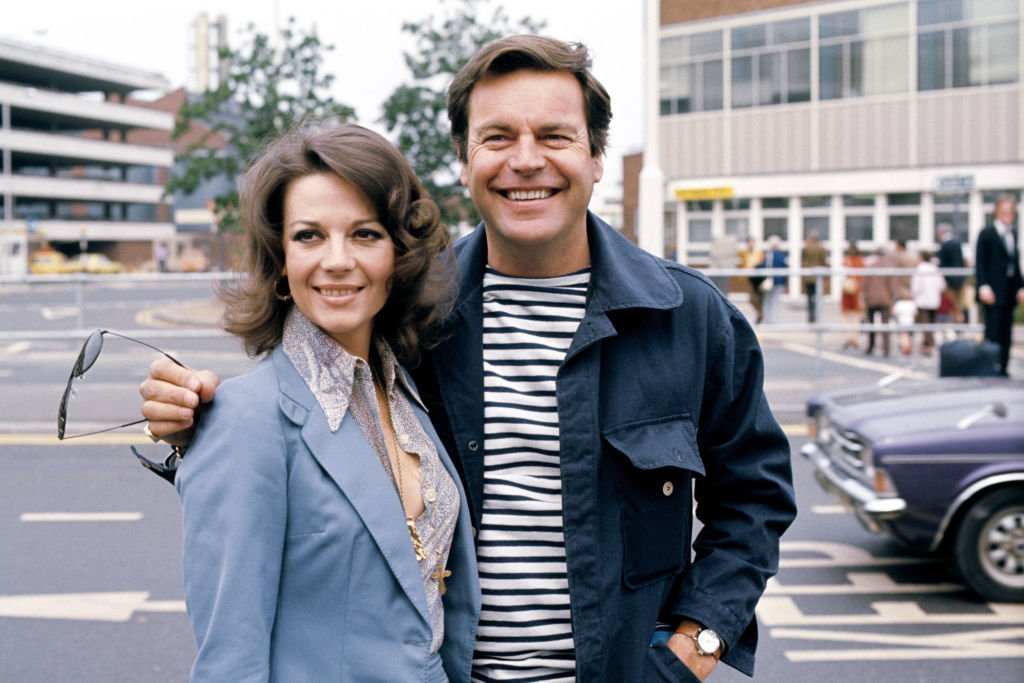 Robert Wagner and Natalie Wood at Heathrow Airport on May 28, 1976 | Photo: Getty Images