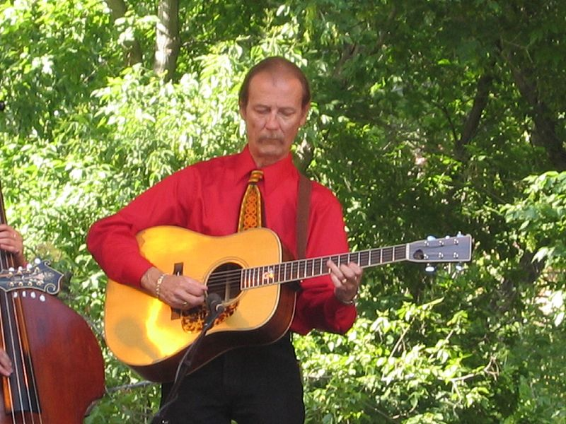 Tony Rice appearing at the Rocky Grass music festival in Lyons, Colorado on July 30, 2005 | Photo: Jordan Klein from San Francisco, CC BY-SA 2.0, Wikimedia Commons