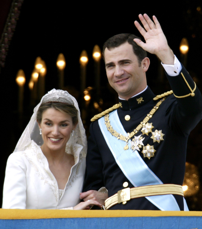 Felipe de Borbón y su esposa Letizia saludan en su primera aparición en el balcón del Palacio Real como pareja casada el 22 de mayo de 2004 || Fuente: Getty Images