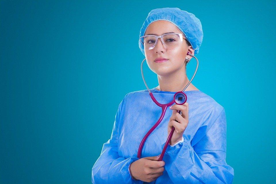 Enfermera lista para pabellón. Fuente: Pixabay