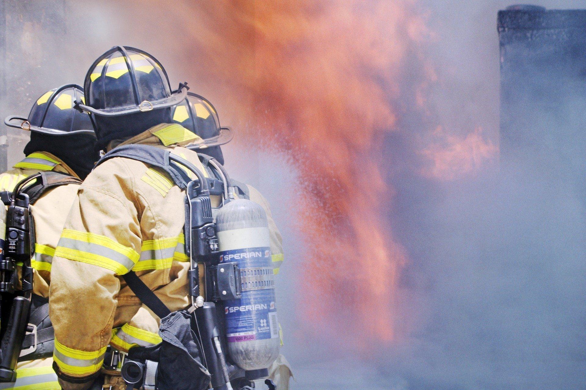 Les pompiers combattent le feu | Source : Pixabay