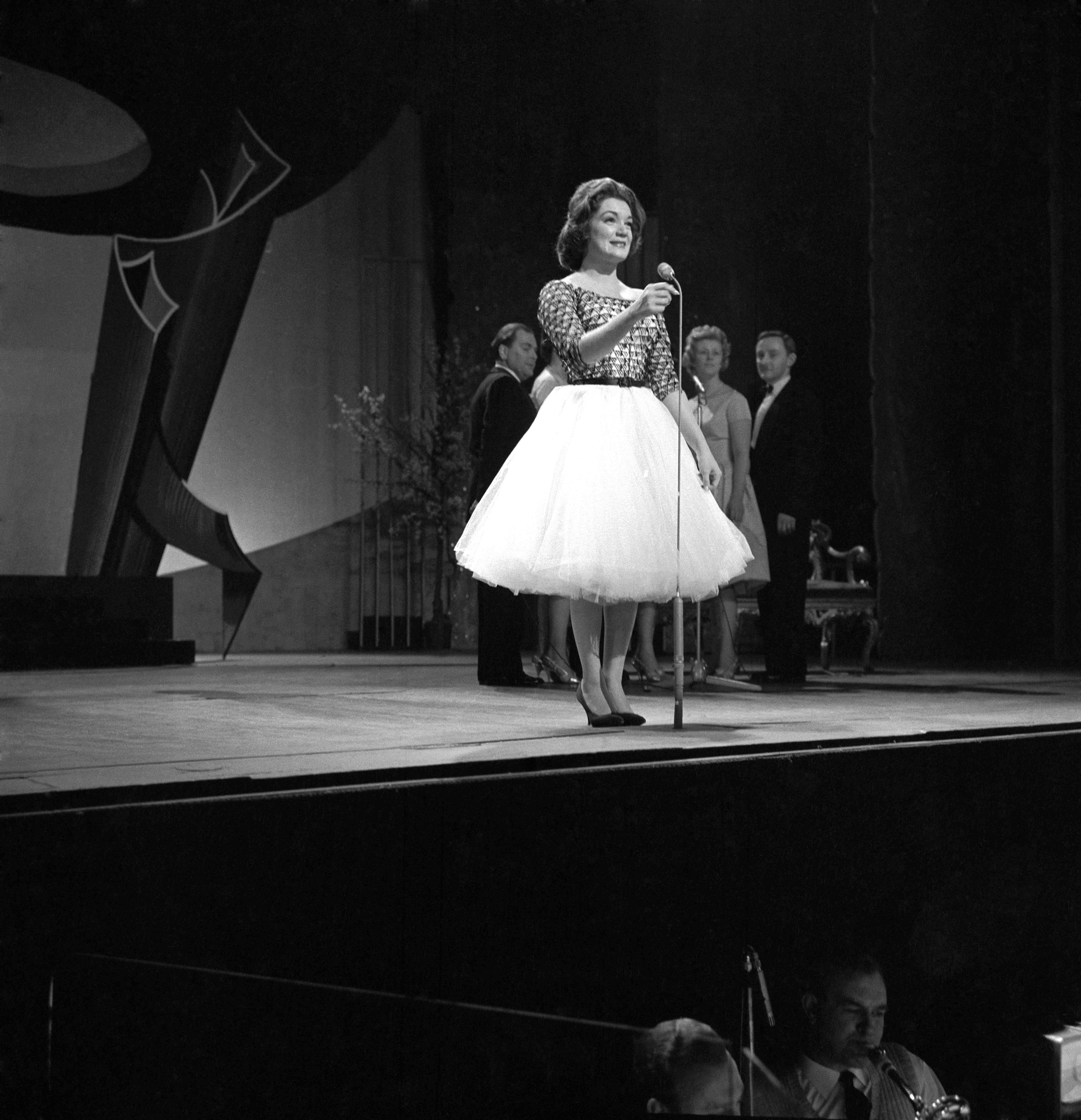 Connie Francis performing on stage, 1959   Photo: Getty Images