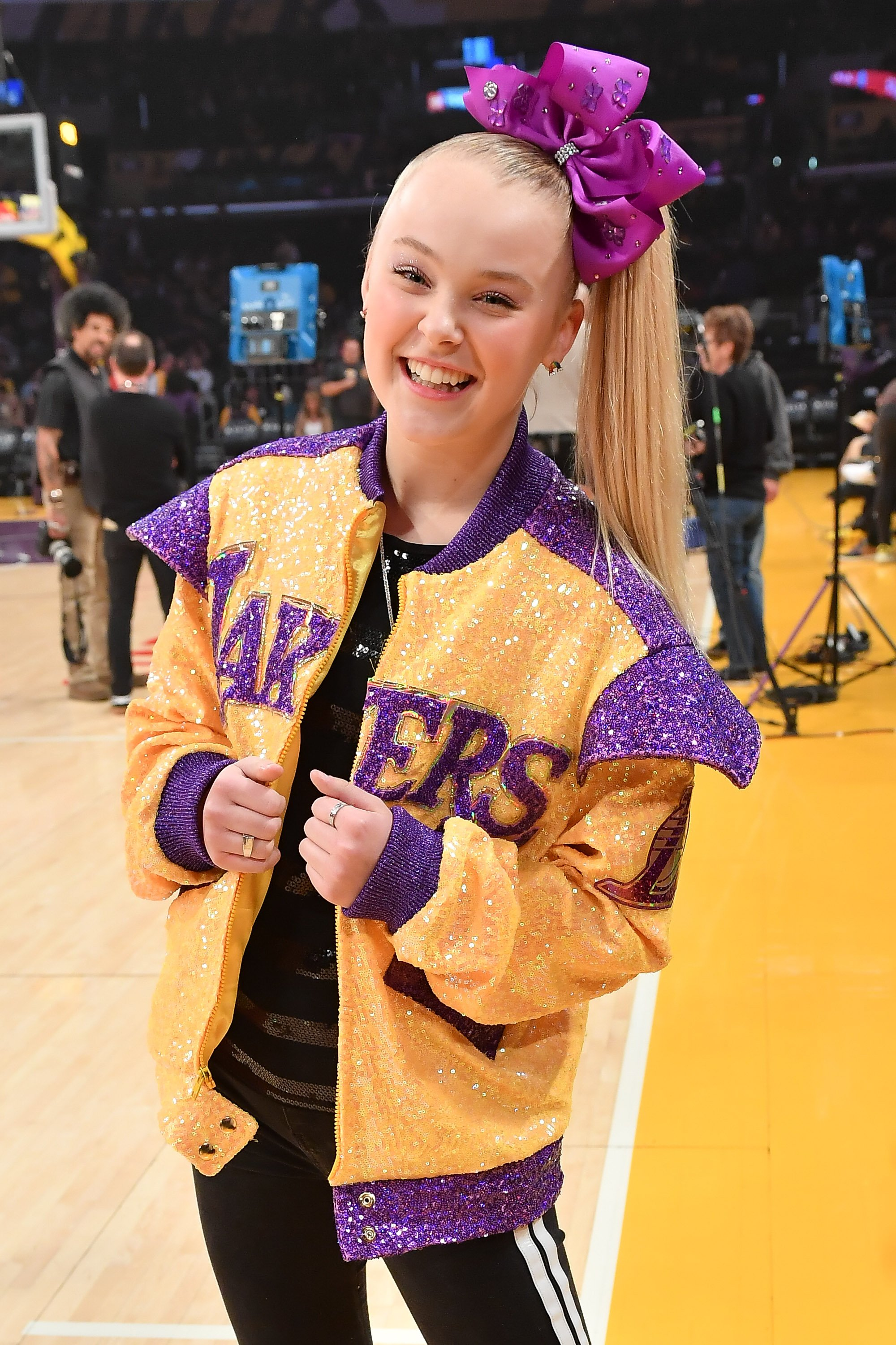 JoJo Siwa attends a basketball game between the Los Angeles Lakers and Phoenix Suns at Staples Center on February 10, 2020 in Los Angeles, California   Photo: Getty Images