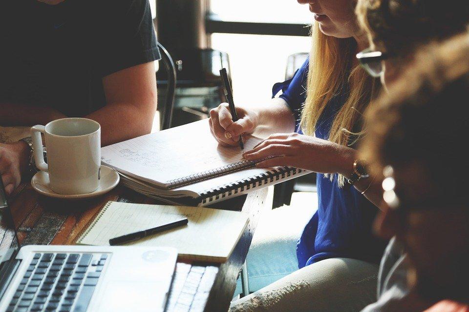 Personas trabajando.| Imagen tomada de: Pixabay