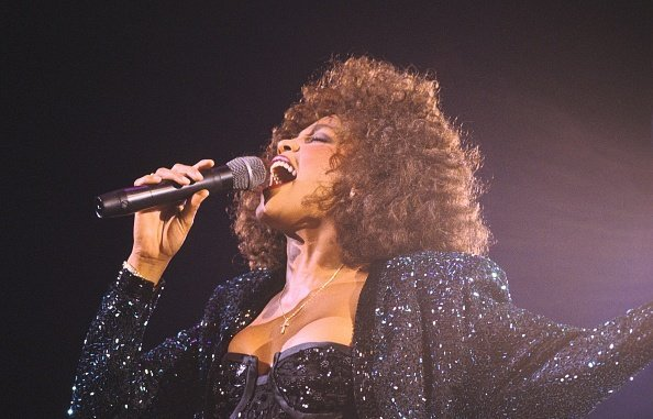 Whitney Houston performing in Paris Bercy on May 18th, 1988 | Photo: Getty Images