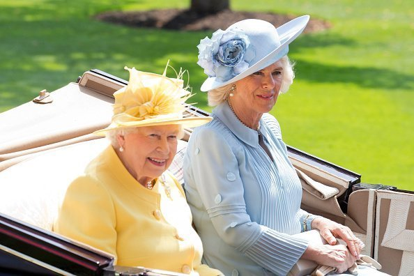 La reine Elizabeth II et Camilla, lors de la procession royale du 21 juin 2017 | Photo : Getty Images