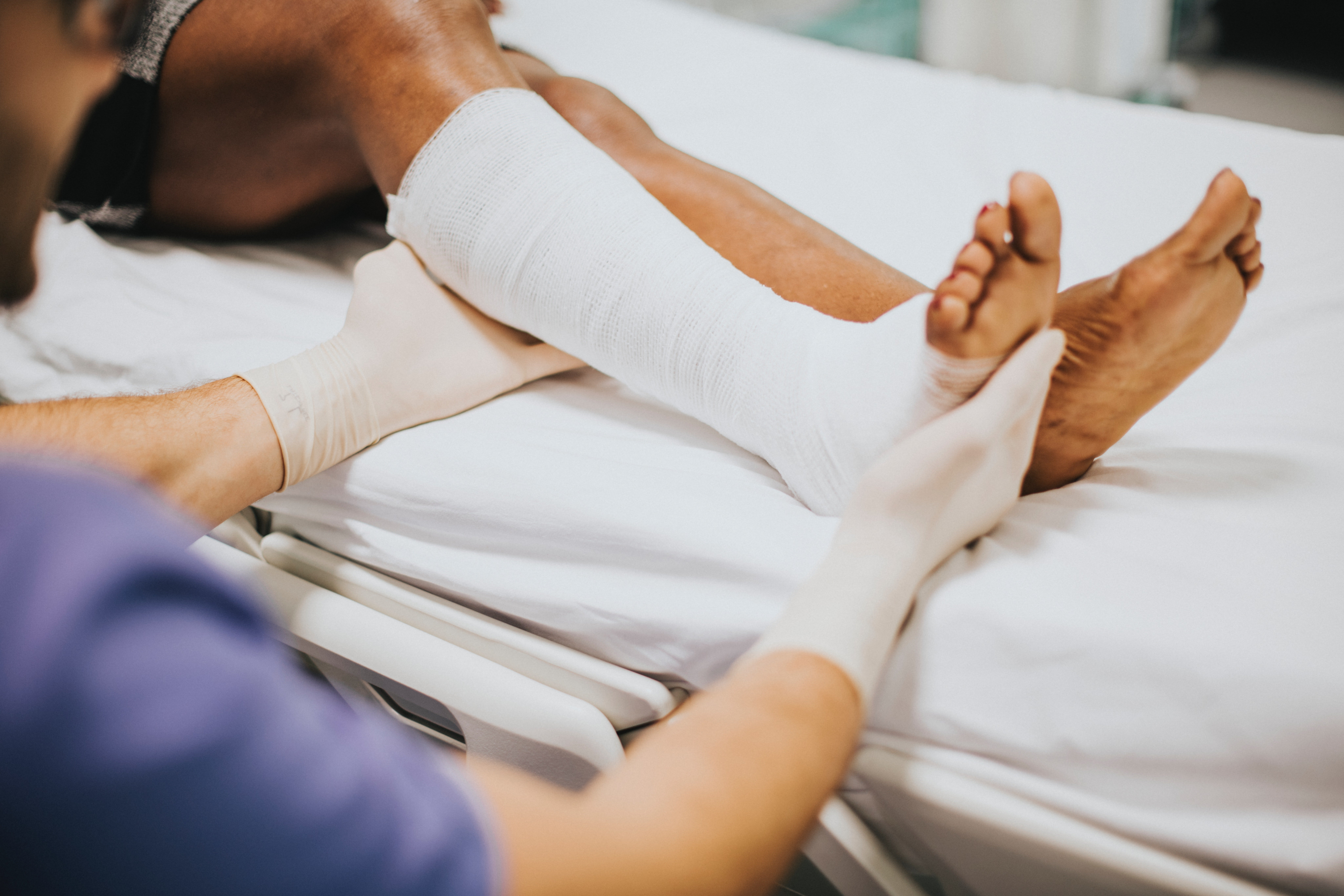 A nurse caring for a man in the hospital. | Source: Pexels