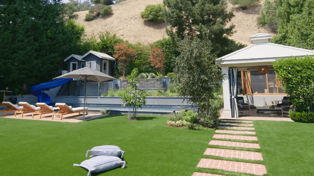 Hilary Duff's Los Angeles family home: backyard | Photo: YouTube/Architectural Digest
