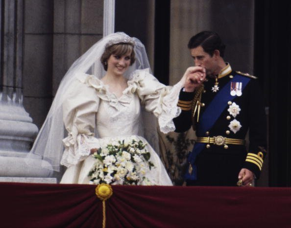 Princess Dian and Princess Charles on the balcony of Buckingham Palace on their wedding day, July 29, 1981. | Photo: Getty Images