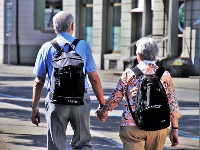 An elderly couple takes a walk together in the city. I Photo: Pixabay.