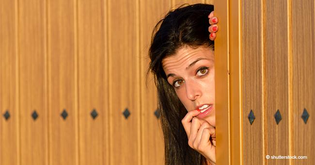 Schwiegermutter fragt Schwiegertochter, warum sie nackt an der Tür steht