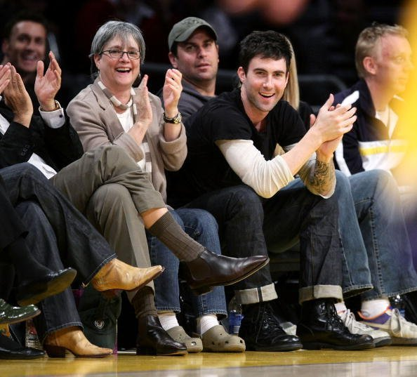 Adam Levine (R) and his mother Patsy Noah (L) attend the Los Angeles Lakers vs Oklahoma City Thunder game at the Staples Center on February 10, 2009, in Los Angeles, California. | Source: Getty Images.