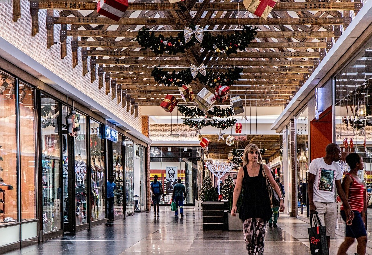 A shopping mall decorated for the festive season with a few patrons inside | Photo: Pixabay/Steve Buissinne