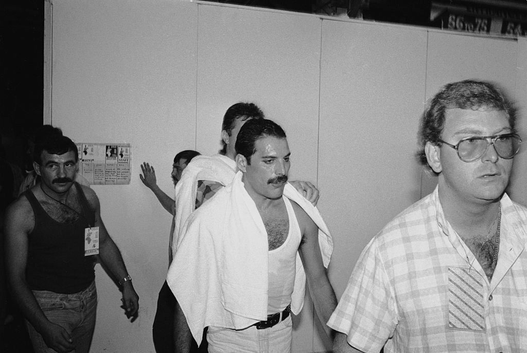 Freddie Mercury backstage at the Live Aid concert at Wembley, 13th July 1985. On the left is his partner Jim Hutton. | Photo: GettyImages