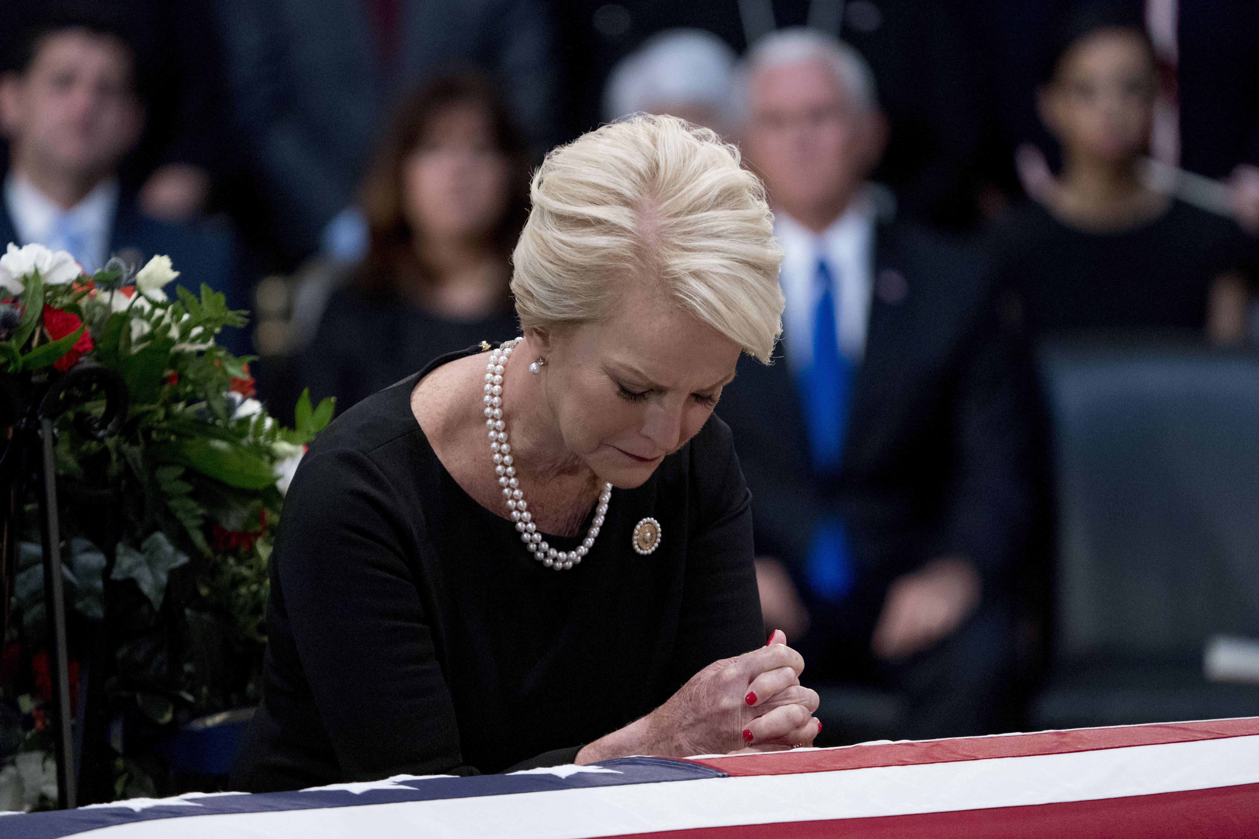 Cindy McCain leaning on John McCain's casket as he lies in state in the Rotunda of the U.S. Capitol, on August 31, 2018 in Washington, DC | Photo: Getty Images