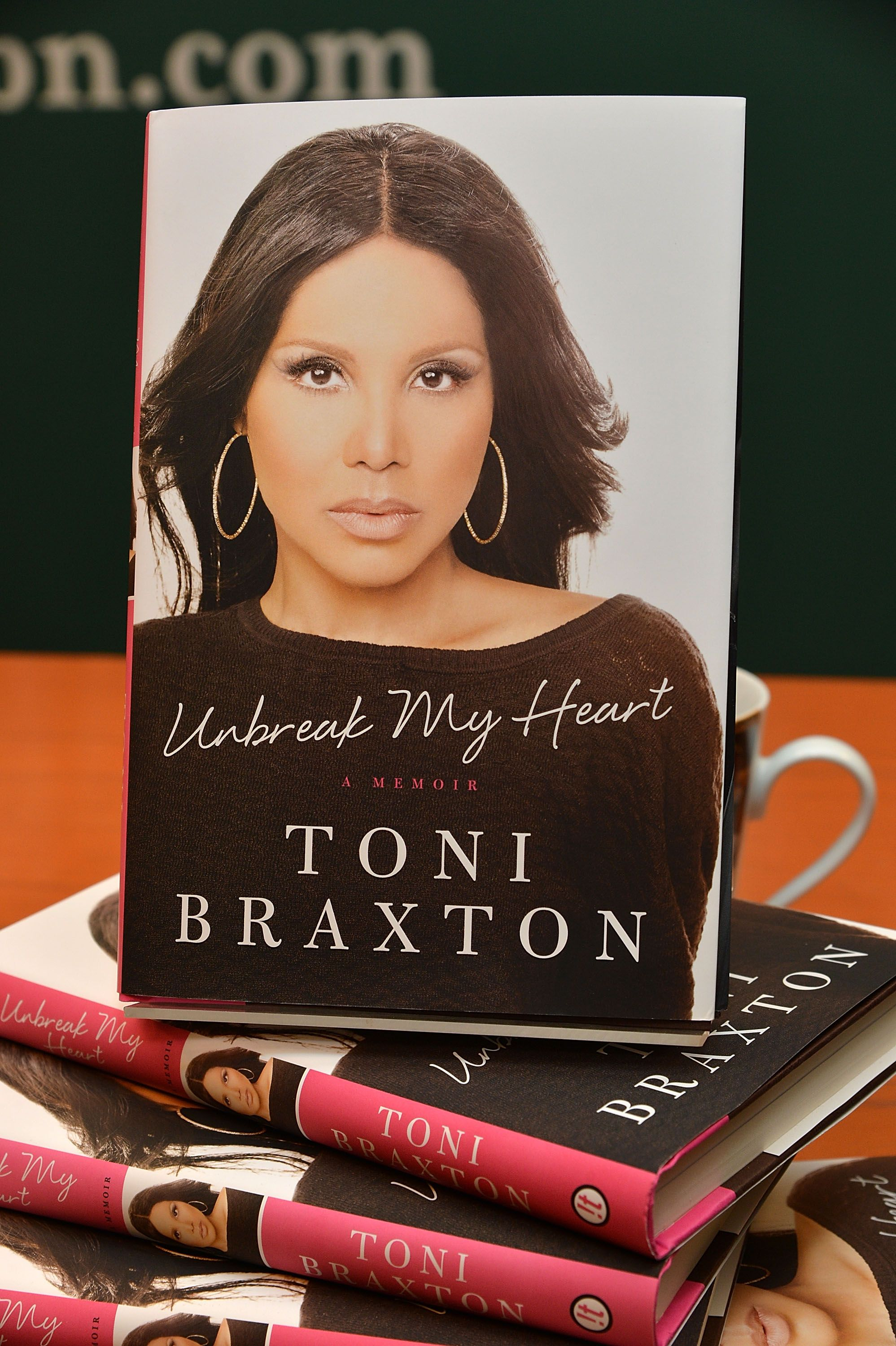 Toni Braxton's book signing on May 20, 2014 in New York. | Photo: Getty Images