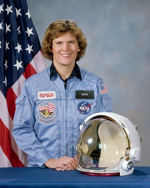 Portrait of Kathryn Sullivan in NASA uniform with U.S. flag in the background | Source: Wikimedia Commons
