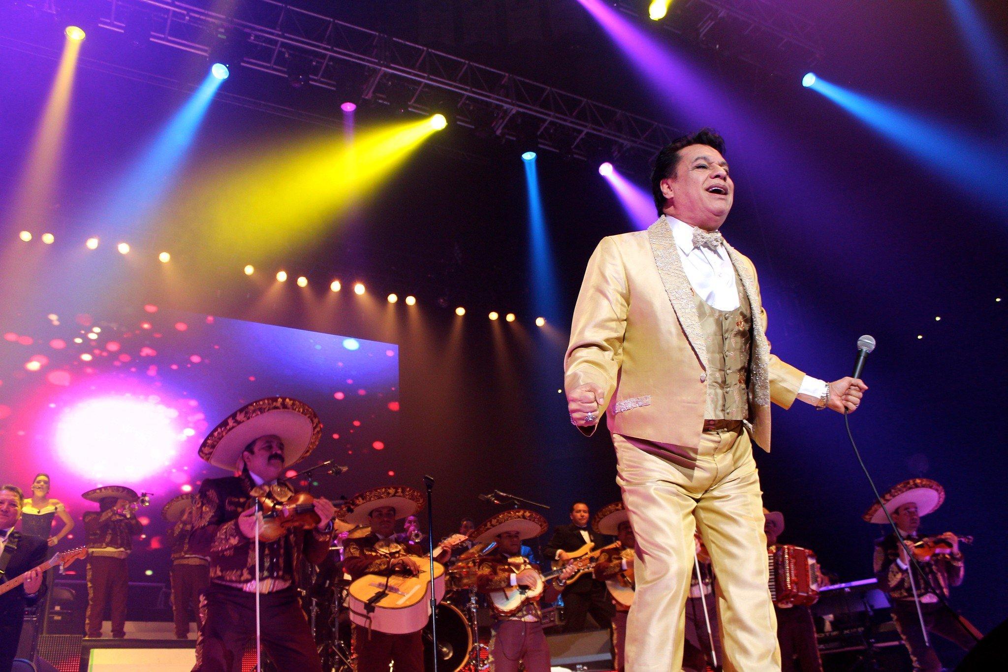 Juan Gabriel sobre el escenario. | Imagen: Flickr