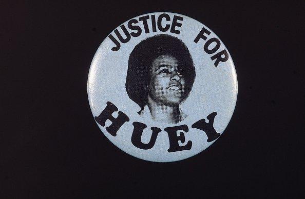 Un distintivo político con una imagen del activista negro Huey Newton (1942 - 1989) que dice 'Justicia para Huey', alrededor de 1967. | fuente: Getty Images