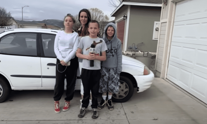 William et sa famille.| Photo : youtube/Boy trades Xbox to buy mom a car