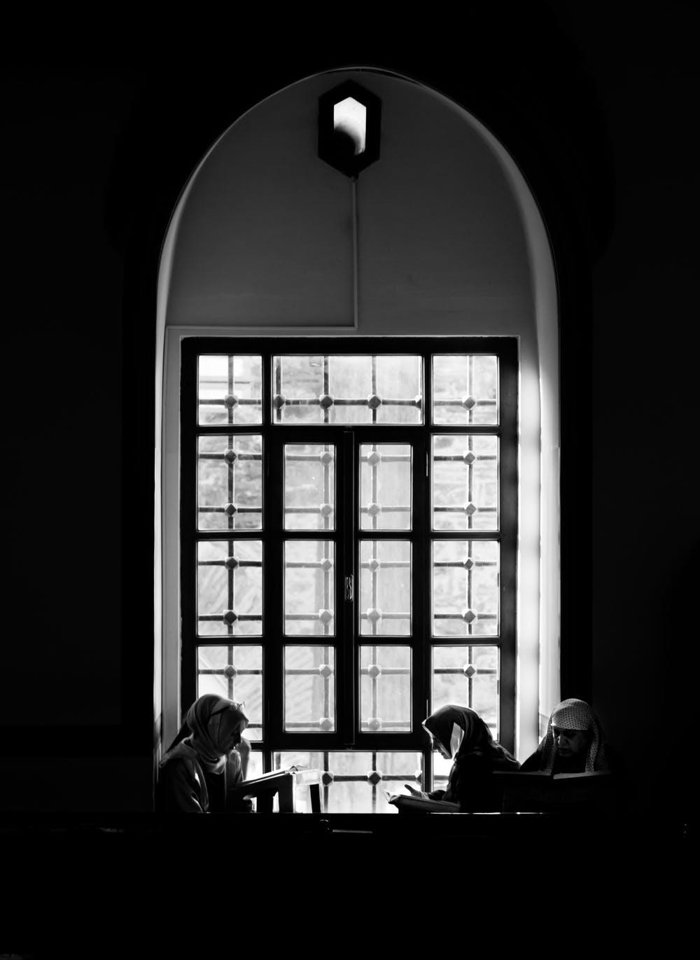Monjas frente a una ventana. | Foto: Pexels
