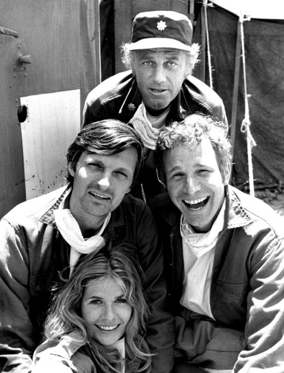 Alan Alda (left of center) as Hawkeye Pierce in M*A*S*H, 1972 | Photo: Wikimedia Commons