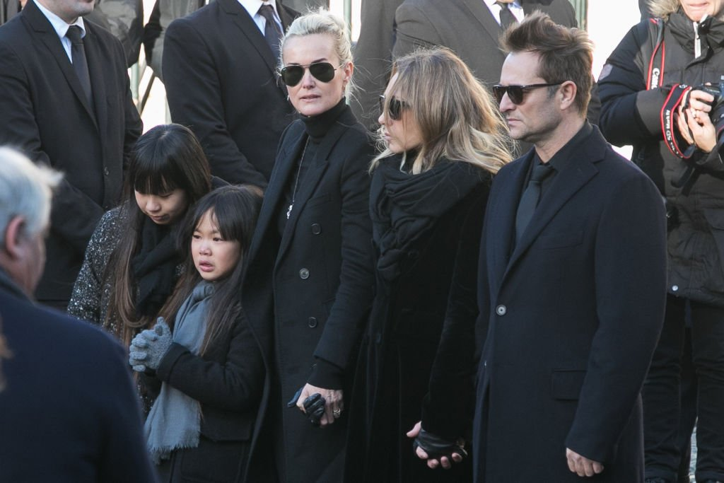 Jade Hallyday, Joy Hallyday, Laeticia Hallyday, Laura Smet et David Hallyday sont vus lors des funérailles de Johnny Hallyday à l'église De La Madeleine le 9 décembre 2017 à Paris, France. | Photo : Getty Images