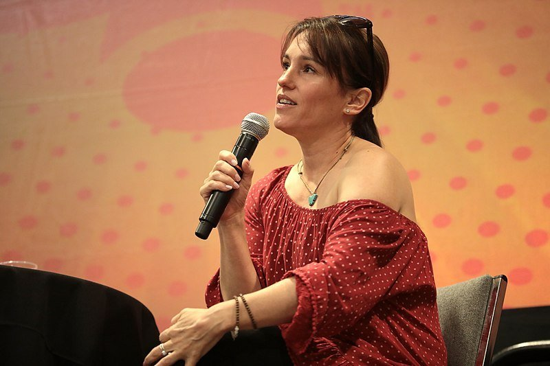 Amy Jo Johnson speaking with attendees at the 2019 Phoenix Fan Fusion at the Phoenix Convention Center in Phoenix, Arizona. | Source: Wikimedia Commons