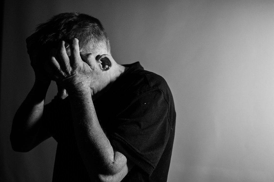 Hombre angustiado.| Imagen tomada de: Pixabay