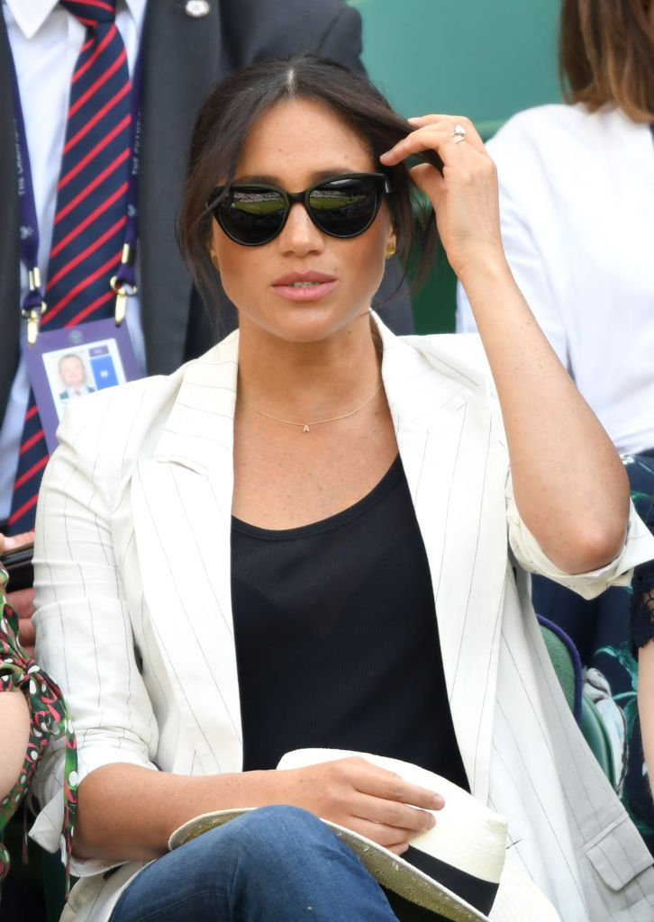 Meghan, Duchesse de Sussex assiste à la quatrième journée des Championnats de tennis de Wimbledon au All England Lawn Tennis and Croquet Club | Photo : Getty Images