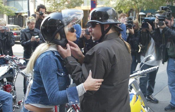 Musician Kid Rock kisses his fiancee, actress Pamela Anderson outside Hooters during the American Liver Foundation's S.O.S. ride to raise money for Hepatitis C research on October 27, 200,2 in Long Beach, California. | Source: Getty Images.