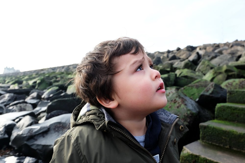 Kleiner Junge schaut zum Himmel | Quelle: Shutterstock