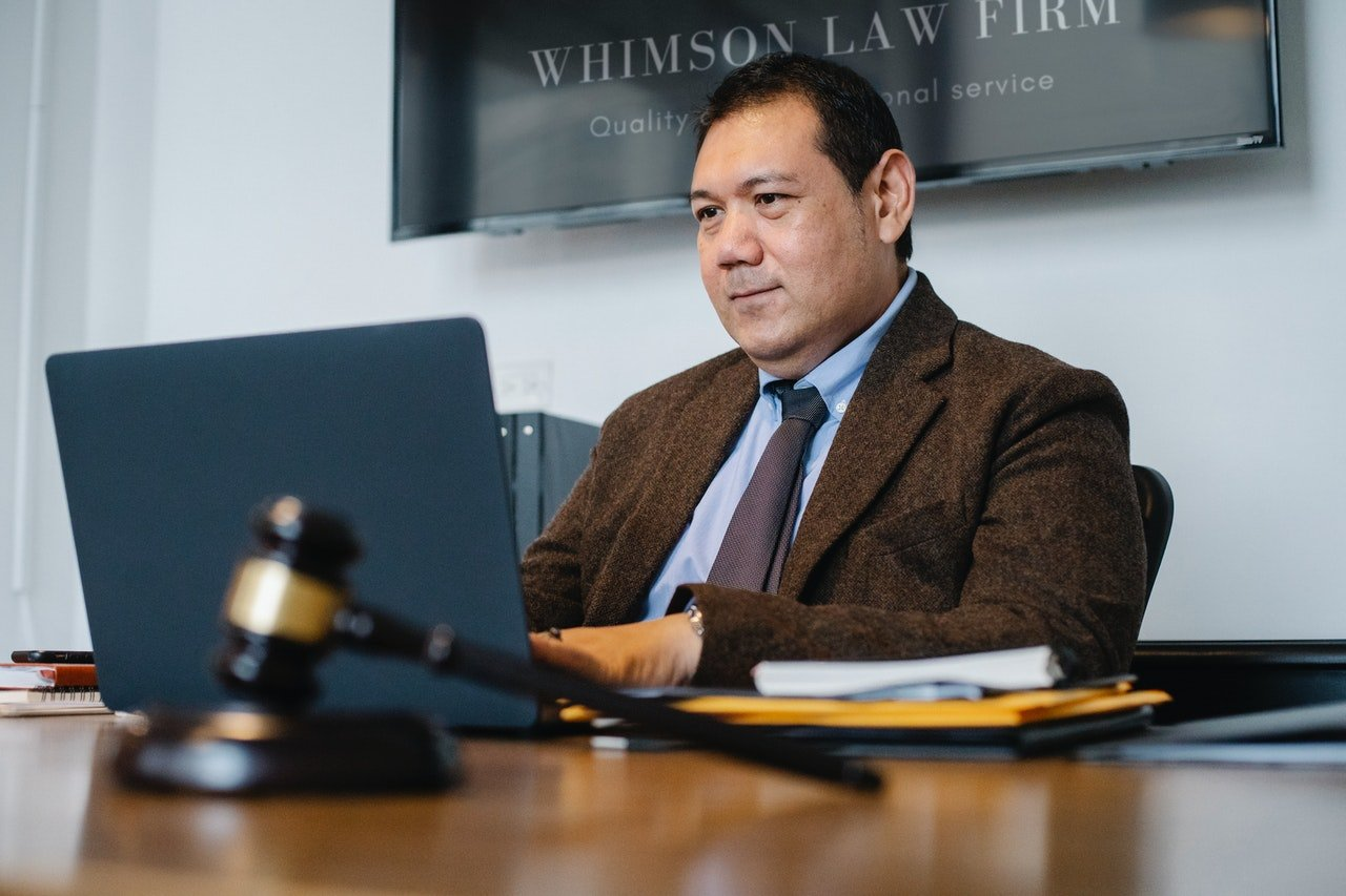 Photo of an attorney using a laptop | Photo: Pexels