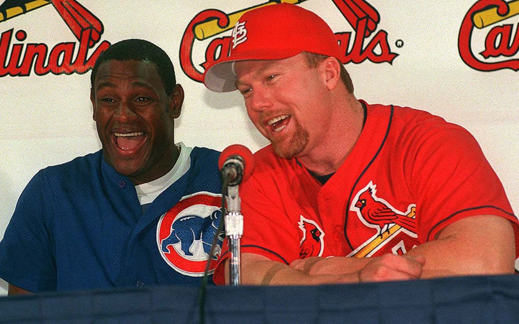 Sammy Sosa and Mark McGwire talk to the media before the beginning of a game on Sept. 8, 1998 | Photo: Getty Images