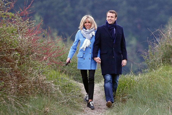 Emmanuel Macron et son épouse Brigitte Trogneux posent pour une photo le 22 avril 2017 au Touquet en France. | Photo : Getty Images