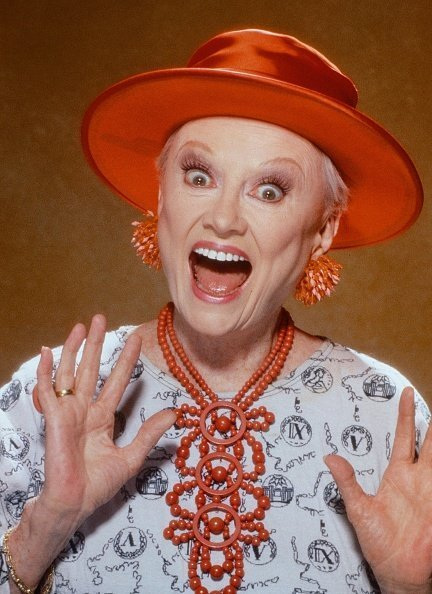 Phyllis Diller poses for a portrait session, in 1991 in Los Angeles, California. | Photo: Getty Images