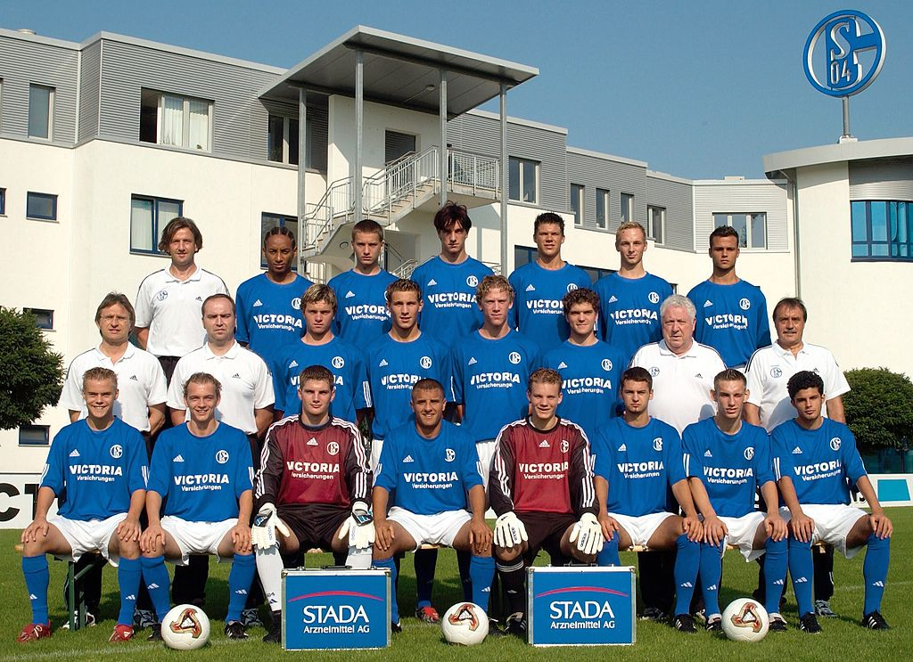 Hiannick Kambaposing in the back row with hisFC Schalke 04 teammates for the youth league on August 6 2003, Gelsenkirchen, Germany | Source: Christof Koepsel/Bongarts/Getty Images