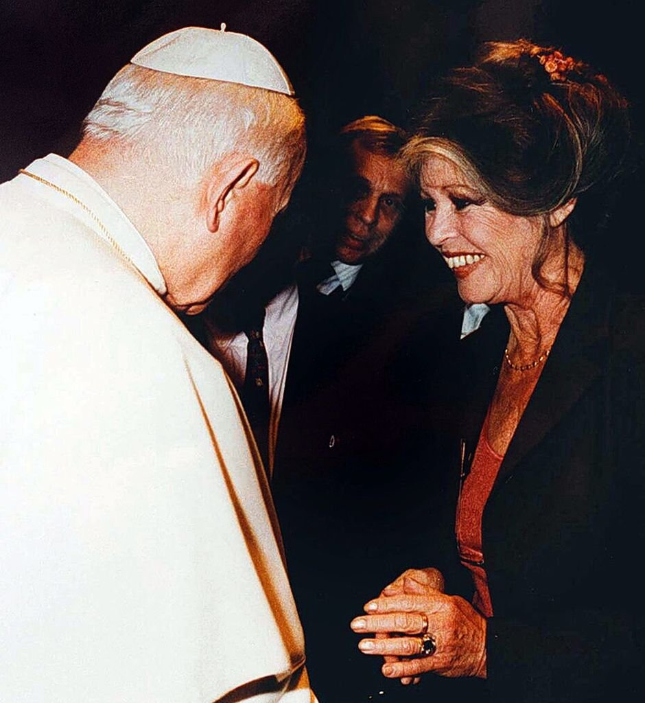 le pape Jean-Paul II rencontre Brigitte Bardot | Getty Images