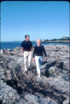 Barbara Bush and George H. W. Bush in  August 1983 in Kennebunkport, ME | Photo: Getty Images