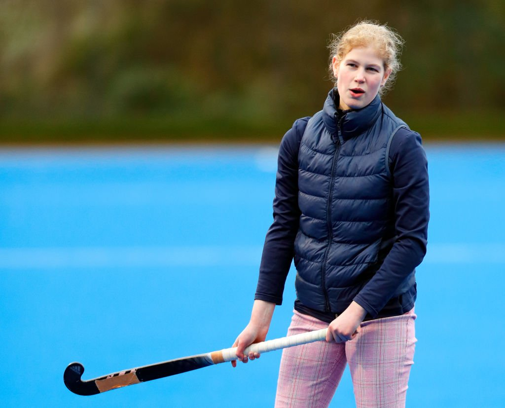 Lady Louise Windsor joue au hockey alors qu'elle assiste à une session de formation de l'équipe de hockey d'Angleterre au Bisham Abbey National Sports Center le 7 janvier 2020 à Marlow, Angleterre. | Photo : Getty Images