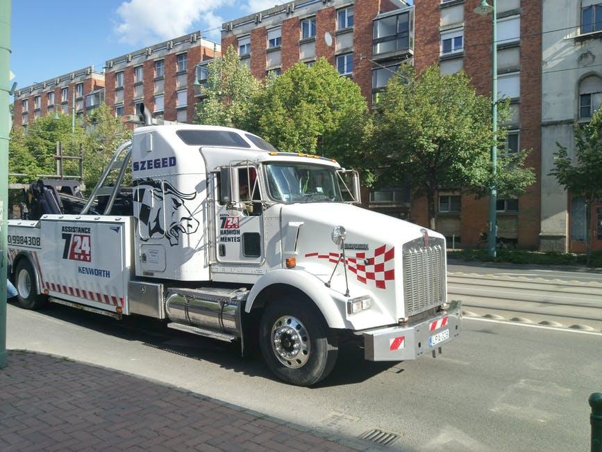 Un camión blanco casi golpea al gerente-Imagen tomada de Pexels