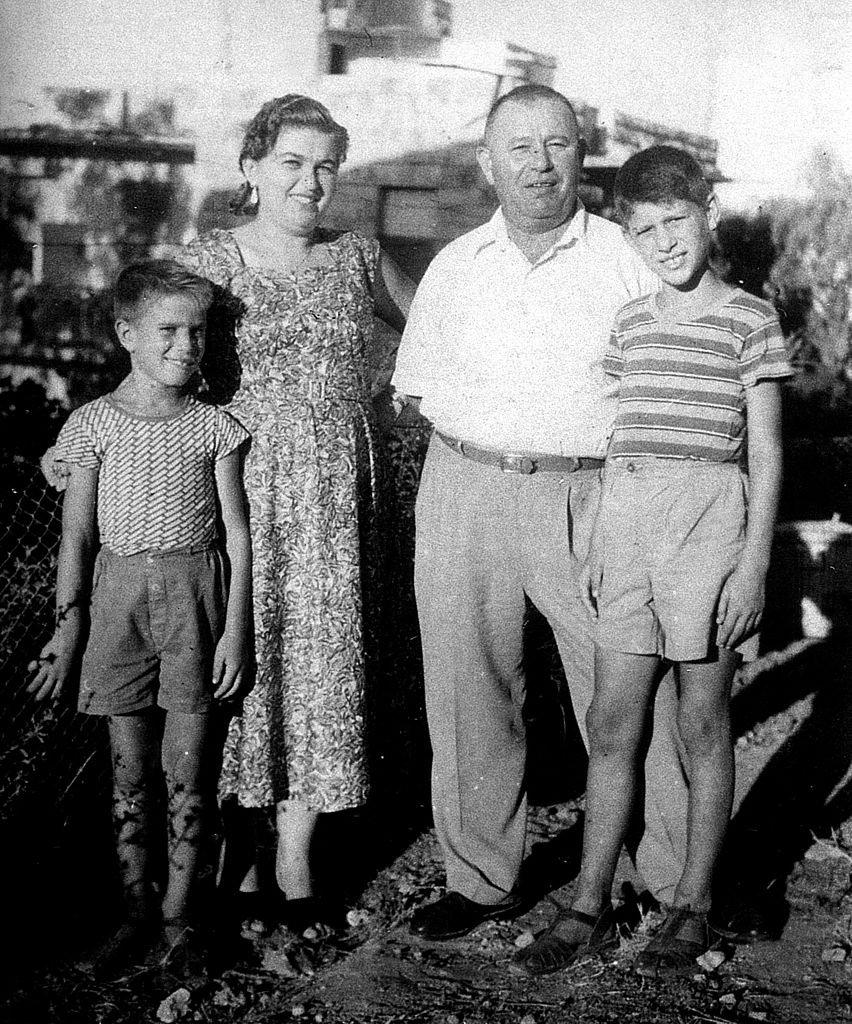 Mike Brant avec ses parents et son frère. | Photo : Getty Images