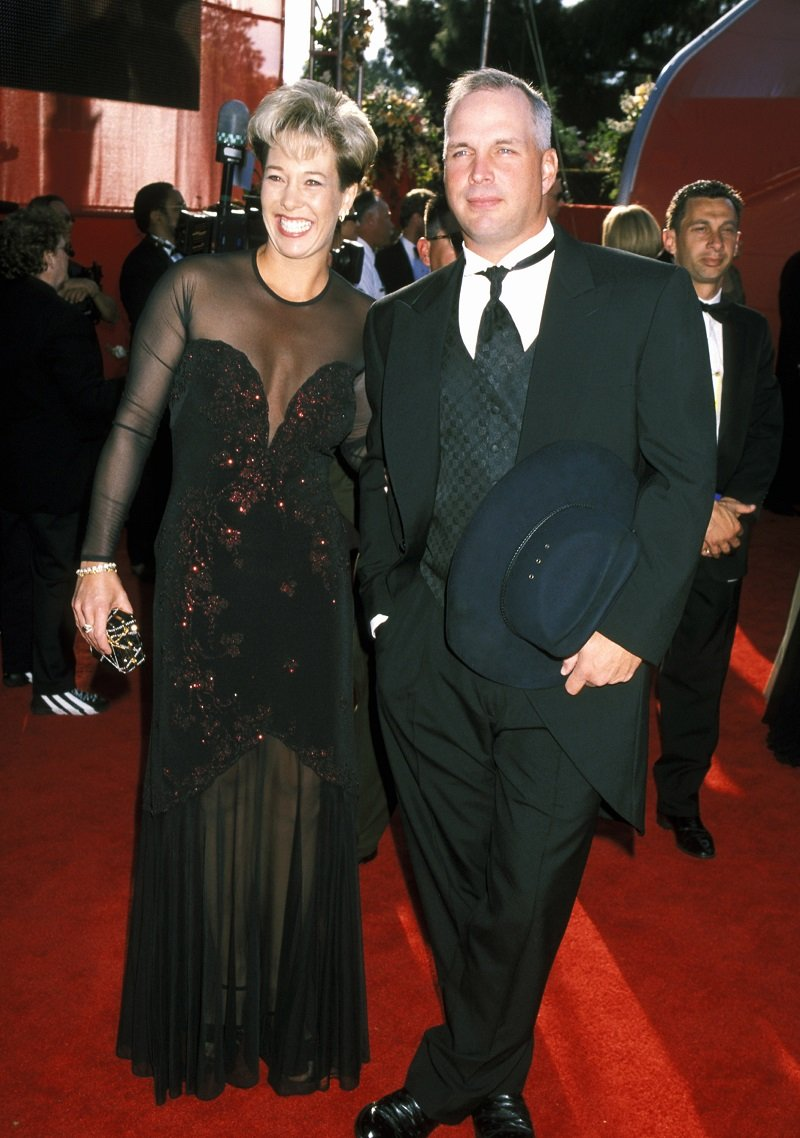 Sandy Mahl and Garth Brooks at Shrine Auditorium in Los Angeles, California on March 26, 2000 | Photo: Getty Images