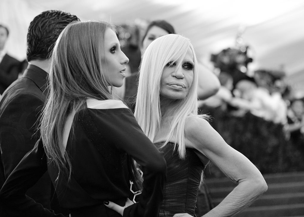 Allegra y Donatella Versace en el Museo Metropolitano de Arte el 5 de mayo de 2014 en la ciudad de Nueva York. | Foto: Getty Images