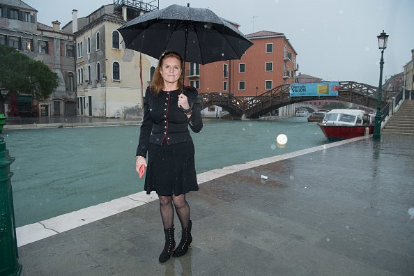 Sarah Ferguson, duchesse d'York, visite les zones inondées à Venise. |Photo : Getty Images.